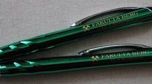 pero kovové zelené
